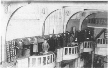 Het zijbalkon van de Parnassusfeestzaal waar de handzetterij was ondergebracht, 1933 (Foto archief Erik Dekeyser).